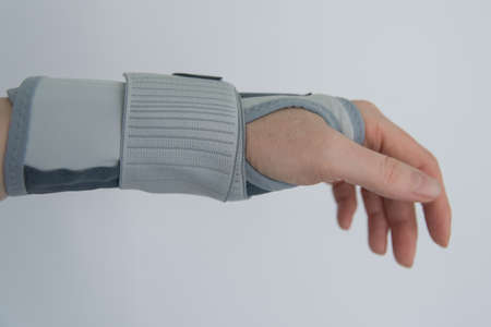 Foto de Female hand with orthosis, recovery and treatment with modern orthosis. - Imagen libre de derechos