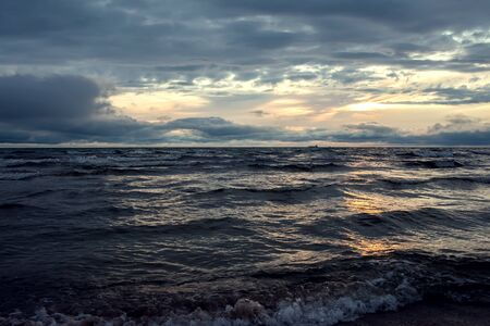 Photo pour A sunset on the beach in summer. Sea and eveninig sky with clouds - image libre de droit