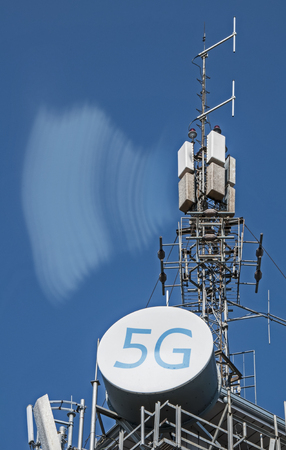 Foto de 5G antennas and GSM transmitters. Concept for high speed 5G internet. - Imagen libre de derechos
