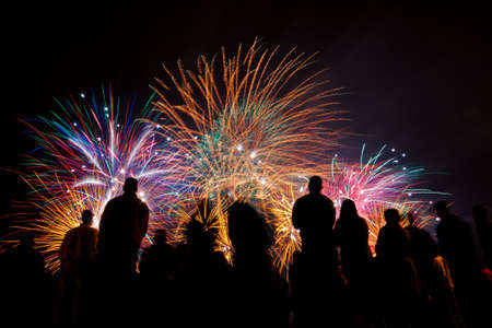 Photo pour Big fireworks with silhouettes of people watching it - image libre de droit