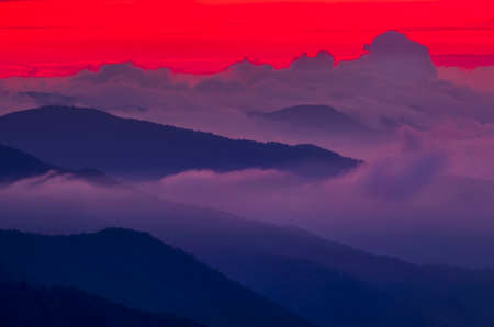 Photo pour Breathtaking crimson sunset over cloud-covered Smoky Mountains in North Carolina - image libre de droit