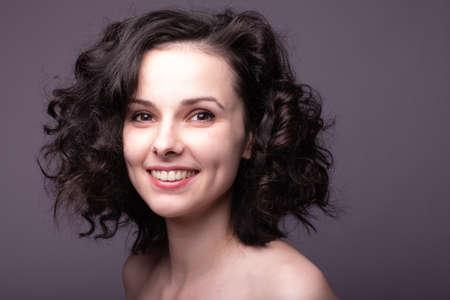Photo pour beautiful young curly girl portrait - image libre de droit