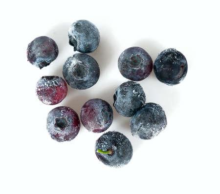 Photo pour frozen blueberries isolated on white background - image libre de droit