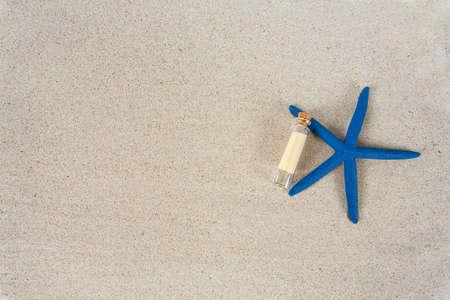 Photo pour message in a bottle, sea shells and pebbles on sand - image libre de droit