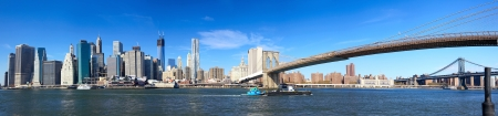 Photo pour Panoramic view of Manhattan skyline and Brooklyn Bridge in New York City - image libre de droit