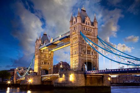 Photo pour Tower Bridge at dusk, London, United Kingdom - image libre de droit