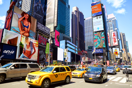 Foto de New York, New York, USA - May 08, 2016: Cars and taxi cabs on 7th Avenue and Broadway in Times Square with crowds of people and lots of advertising - Imagen libre de derechos