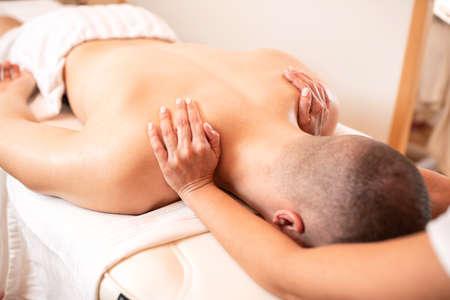 Photo pour Relaxing massage for a muscular young man, stress reduction treatment - image libre de droit