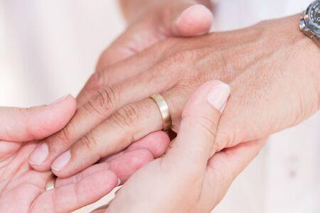 Photo pour Wedding engagement rings in hands - image libre de droit