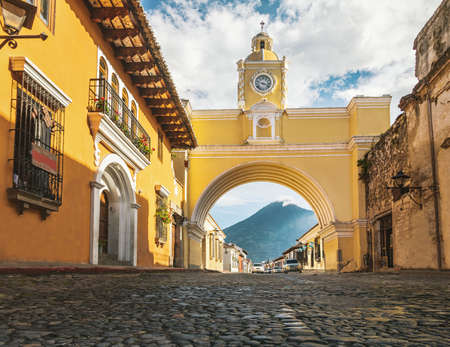 Foto per Santa Catalina Arch ans Agua Volcano - Antigua, Guatemala - Immagine Royalty Free