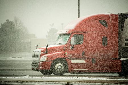 Photo pour semi truck hauler driving through blizzard snow conditions weather - image libre de droit