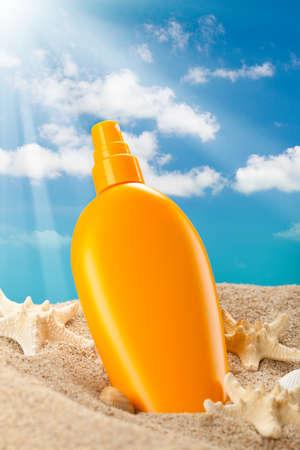 Photo pour Summer sunbath - suntan oil - image libre de droit