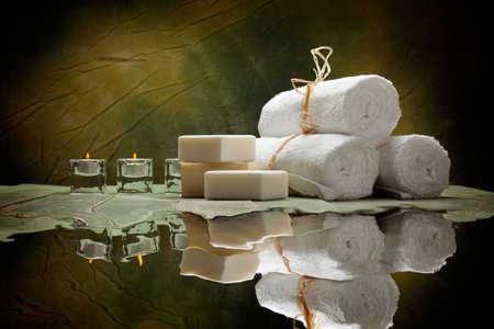 Foto de Spa supplies - soap and towels - Imagen libre de derechos
