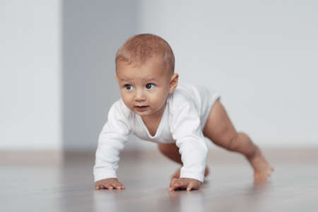 Foto für The kid is trying to take his first steps - Lizenzfreies Bild