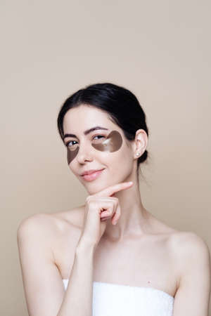 Photo pour Eye patch, Beautiful Woman With Natural skin And Green Hydro Gel Eye Patches under her eyes. Caucasian woman use patches after shower, skin care - image libre de droit