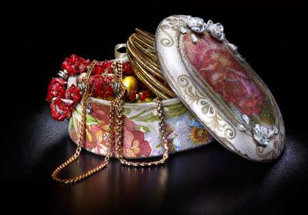 Photo pour Box full of jewellery on black background - image libre de droit