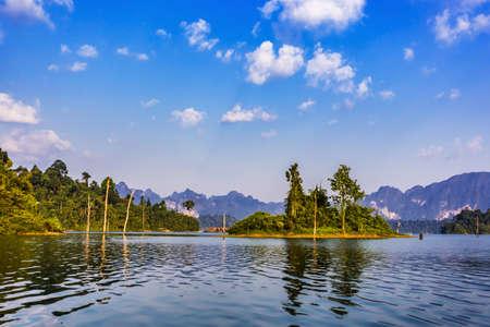 Photo pour Khao Sok National Park, Cheow Lan Lake, Surat Thani, Thailand at sunny day - image libre de droit