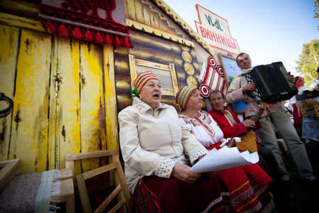 Photo pour VINNICI, LENINGRAD REGION, RUSSIA - JUNE 10: Local people during celebrate the annual holiday Vepsian national culture Tree of Life (vepssk. Elo-pu), June 10, 2012 in the village Vinnici, Russia. - image libre de droit