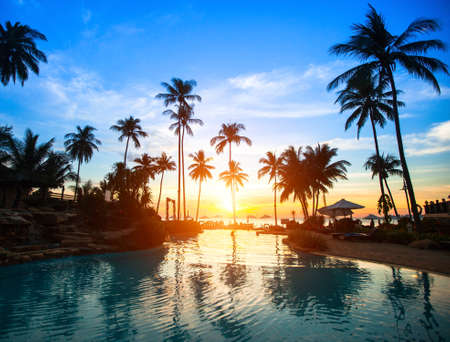 Foto de Beautiful sunset at a beach resort in tropics. - Imagen libre de derechos