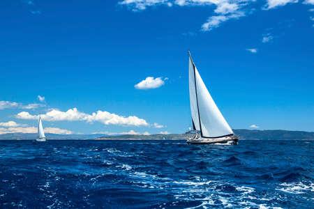 Photo pour Sailing ship yachts. Sailing regatta. Luxury yachts. - image libre de droit