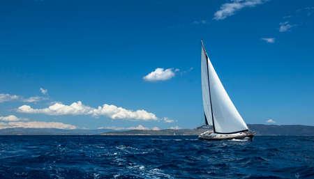 Photo pour Ship yachts with white sails in the open Sea. Sailing luxury boats. - image libre de droit