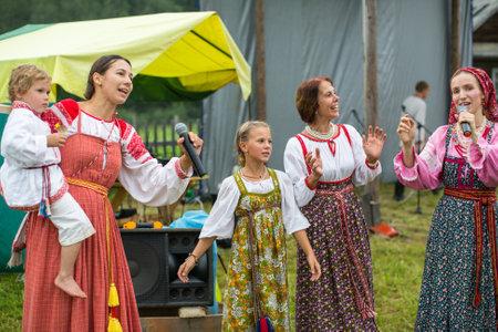 Photo pour GRISHINO, RUSSIA - JUL 30, 2016: Unidentified participants of the Festival of folk culture Russian Tea. Festival held annually in Grishino ecovillage since 2012. - image libre de droit