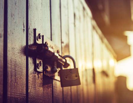 Photo pour door lock old rusty background - image libre de droit