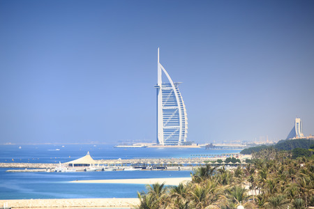 Photo pour Luxury seven stars hotel in Dubai. Burj Al Arab Jumeirah resort hotel on blue sky background. Sunny Dubai resort. - image libre de droit