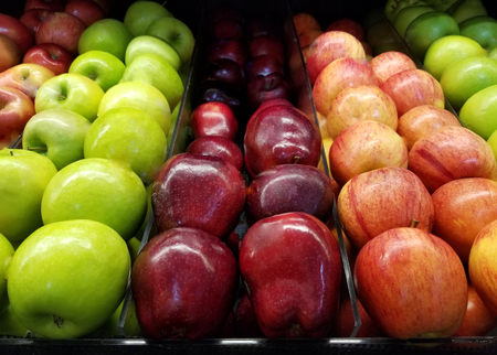 Photo pour Fresh fruit grocery theme. Red and green apples in supermarket - image libre de droit