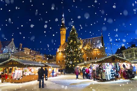 Foto de Christmas in Tallinn. Town Hall Square with Christmas Fair - Imagen libre de derechos
