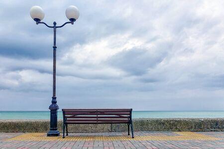 Foto de bench and lantern on the embankment of the sea - Imagen libre de derechos