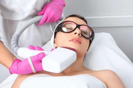 Photo pour Elos epilation hair removal procedure on the face of a woman. Beautician doing laser rejuvenation in a beauty salon. Facial skin care. Hardware ipl cosmetology - image libre de droit