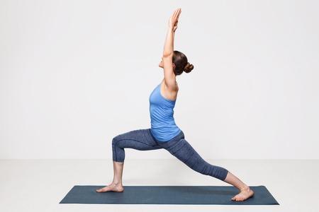 Photo pour Beautiful sporty fit yogini woman practices yoga asana Virabhadrasana 1 - warrior pose 1 - image libre de droit