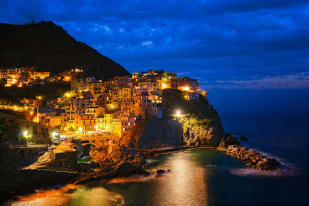 Photo pour Manarola village n the night, Cinque Terre, Liguria, Italy - image libre de droit