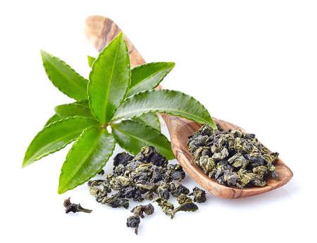 Photo pour Fresh green tea leaves with wooden spoon - image libre de droit