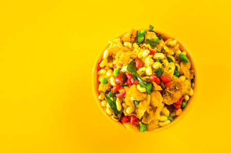 Photo pour Indian Snacks: Traditional Indian deep fried salty dish called chivda or mixture or farsan made of gram flour and mixed with dry fruits and roasted nuts with salt, pepper, pulses, spice and green peas - image libre de droit