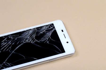 Photo pour Smart Phone with broken screen - image libre de droit