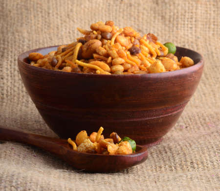 Photo pour Indian Snacks : Mixture (roasted nuts with salt pepper, Spice, pulses, green peas) - image libre de droit