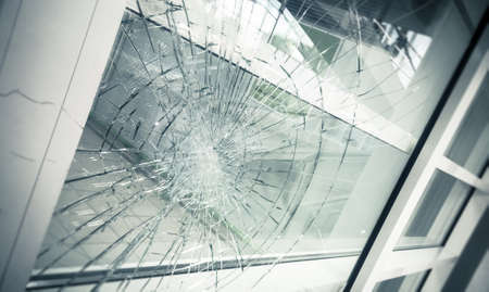 Photo pour broken facade glass - image libre de droit