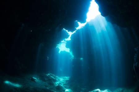 Photo pour Rays of sunlight into the underwater cave - image libre de droit