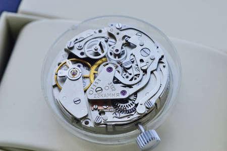 Photo pour watch mechanism in a repair workshop - image libre de droit