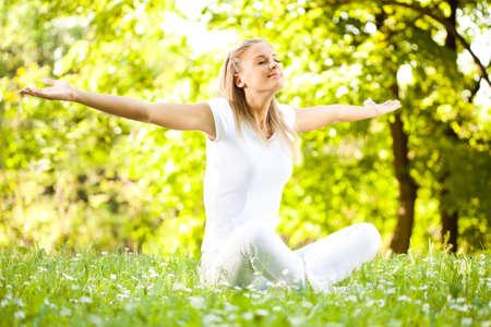Photo pour Young woman enjoying nature in park - image libre de droit