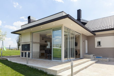 Foto de glazed terrace in the countryside with sliding glass - Imagen libre de derechos
