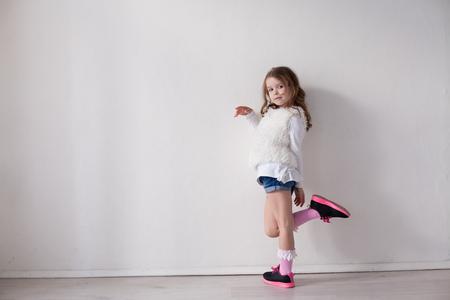 Photo pour beautiful little girl portrait pink and white - image libre de droit