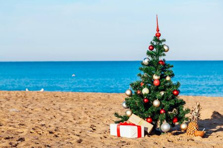 Photo pour Christmas on the beach with gifts new year - image libre de droit