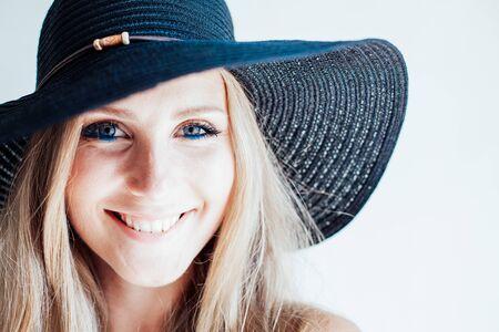 Photo pour beautiful girl in a hat with a brim fashion - image libre de droit
