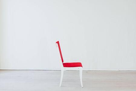 Foto de red chair in the interior of an empty white office - Imagen libre de derechos