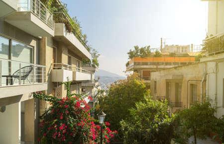 Photo pour Typical greek street in Athens in Greece. - image libre de droit