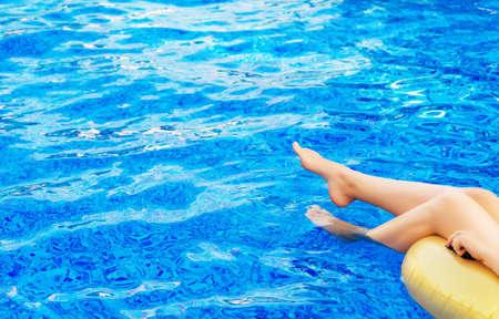 Photo pour Woman in swimming pool. Vacation concept. Place for text. - image libre de droit
