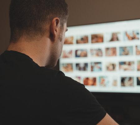 Photo pour Man browsing porn site late at night. - image libre de droit